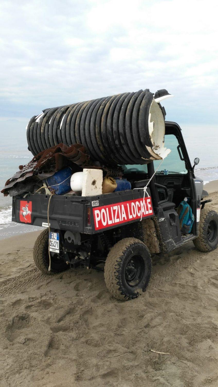 Mareggiate invernali: i guardiaparco del Parco della Maremma ripuliscono la spiaggia dai rifiuti