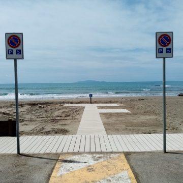 Parco della Maremma: camminamento e posti ombrelloni per disabili